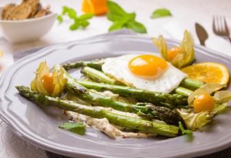 egg sunny side up on asparagus